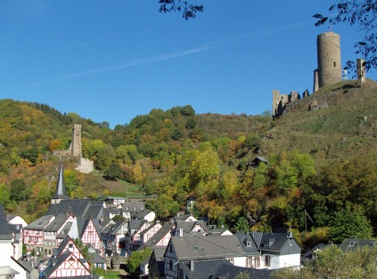 Blick auf Monreal und die Philippsburg und die Löwenburg