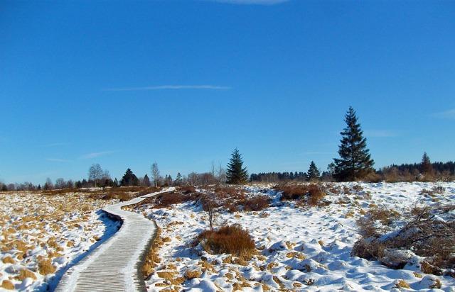 Stege und blauer Himmel