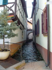der Kropsbach führt durch den Ort