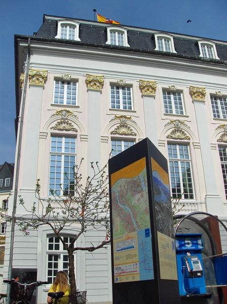 Der Startpunkt des Rheinsteigs am alten Rathaus