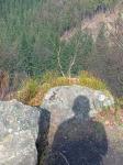 hinter dem Fels geht es steil hinab