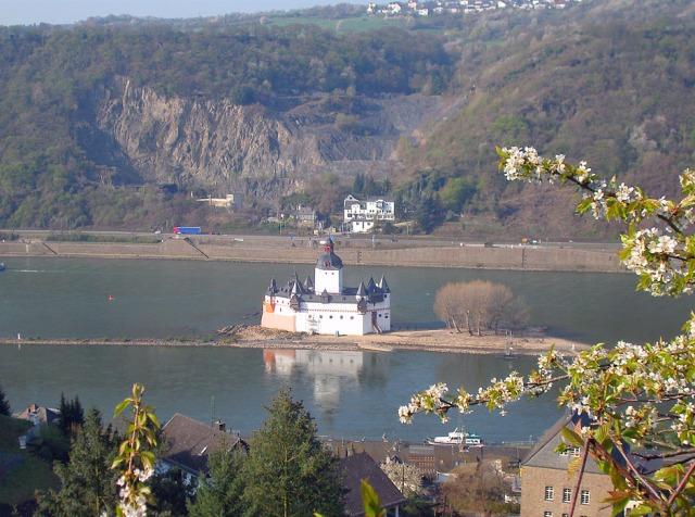 Blick von oben auf Burg Pfalzgrafenstein