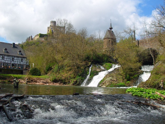 das Wasserfall-Mühlen-Burg-Angler Foto