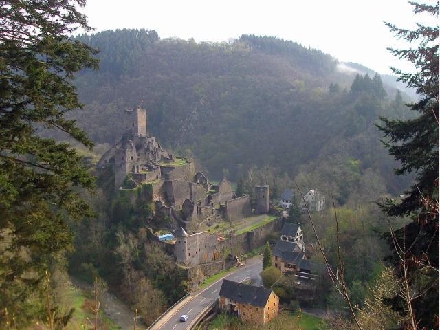 Über den Zuweg Eifelsteig hat man einen schönen Blick auf die Niederburg Manderscheid