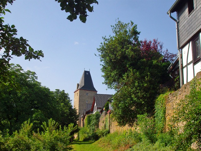 der Pfad an der Burgmauer entlang