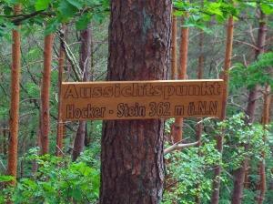 Holztafeln informieren über die Aussichtspunkte