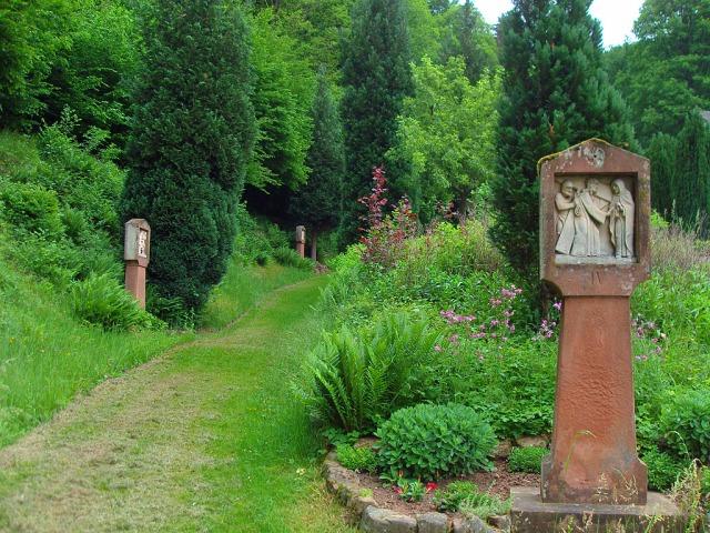 Blick zurück: der Kreuzweg führt von der Lourdesgrotte hinab