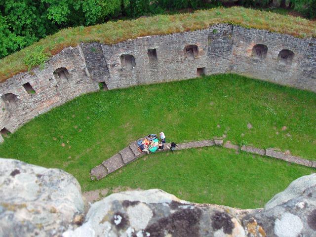 Blick von ganz oben auf den siebeneckigen Bergfried