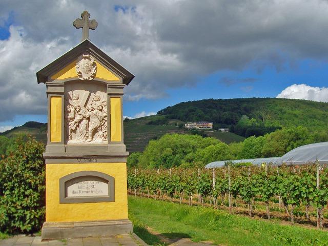 Kreuzwegstation am Kloster Calvarienberg mit Blick auf das Hotel Hohenzollern