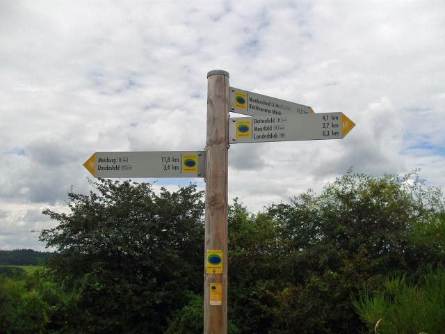 Wegemarkierung vor dem Landesblick