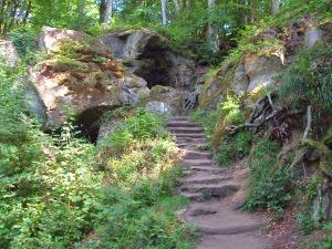 urige Höhlen und Felstreppen
