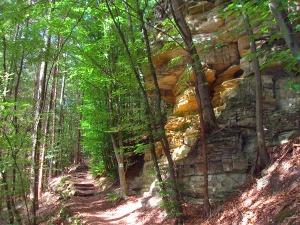 wieder an Felsen entlang