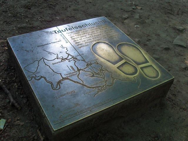 Bronzetafel vor dem Eingang der Schlucht