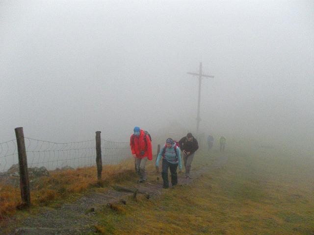 Das Gipfelkreuz am Pferdskopf liegt im Nebel