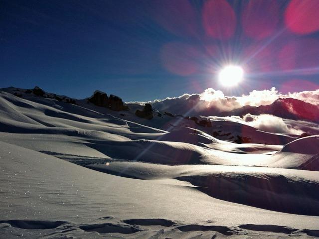Glitzernder Schnee und Strukturen im Sonnenlicht