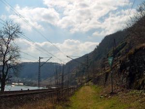 Zwischen Bahn und Trockenmauern