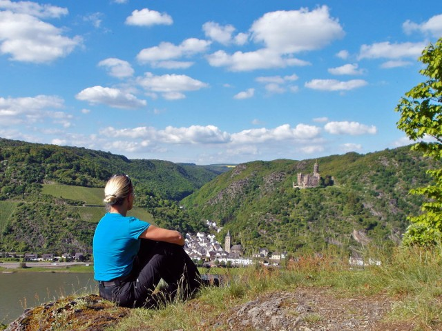 Wandergenuß mit Blick auf Burg Maus