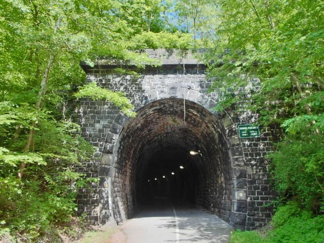es geht durch den Tunnel