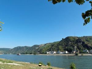 Der Rabenack auf der anderen Rheinseite (Aufnahme vom Vormittag)