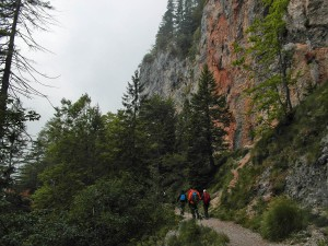 Unterhalb der mächtigen Felsen entlang