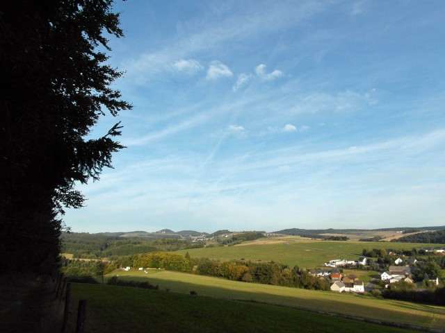Eifellandschaft und die Nürburg in Sichtweite