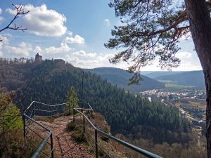 Aussichtsfelsen mit Blick auf die Burg