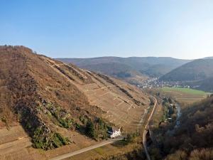 Blick auf den Rotweinwanderweg und Rech