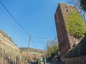 Das Seitental mit dem eckigen Turm