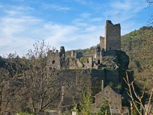 und erlaubt diesen Blick auf die Burgen