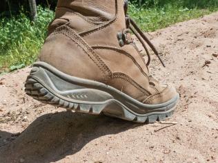 Tief sinken die Sohlen in den Sandboden